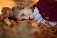 jesienią, mała dziewczyna Zdjęcia Stock