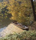 Jesieni łódź i rzeka Obraz Royalty Free