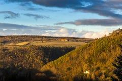 Jesieni łąki przy zmierzchem i wzgórza zdjęcia royalty free