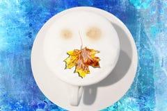 Jesieni śniadanie z liściem klon obraz royalty free