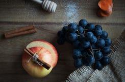 Jesieni żniwa Świezi owoc i warzywo, winogrona, jabłko, marchewki Zdjęcia Stock