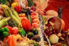 Jesieni żniwa bonkrety, śliwki, jabłko, winogrona i kolorów żółtych liście na drewnianym stole, Zdjęcia Royalty Free