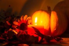 Jesieni żniwa dekoracje z płonącymi świeczkami na ciemnym tle obraz royalty free