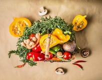 Jesieni żniwa sezonowi organicznie warzywa i bania w koszu zdjęcie royalty free