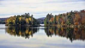 Jesieni Adirondack jeziora wody odbicia Żadny 13 zdjęcie royalty free