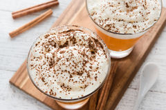 Jesieni bani pikantności Latte z mlekiem i śmietanką Zdjęcia Stock