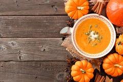 Jesieni bani polewka, koszt stały stołowa scena na nieociosanym drewnie Obraz Stock