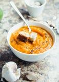 Jesieni bani polewka w białym talerzu, weganinu lunch, selekcyjny focu Zdjęcie Stock