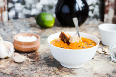 Jesieni bani polewka w białym talerzu, zdrowy lunch, selekcyjny fo Obraz Stock