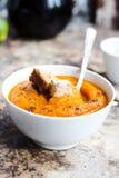 Jesieni bani polewka w białym talerzu, zdrowy lunch, selekcyjny fo Zdjęcia Stock