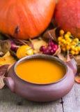 Jesieni bani polewka w domu wykonywał ręcznie puchar na naturalnym biurku Obrazy Royalty Free
