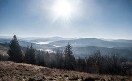 Jesieni Beskids góry od Kocz Zamek wzgórza nad Koniakow wioska w Polska Obraz Stock