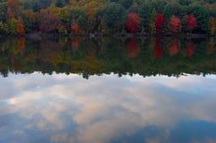 Jesieni chmur i drzew odbicie na jeziorze Fotografia Royalty Free