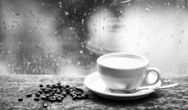 Jesieni chmurny pogodowy lepiej z kofeina napojem Cieszy? si? kaw? na deszczowym dniu ?wie?y warz?cy kawowy bia?y kubek i fasole fotografia royalty free