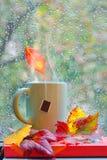 Jesieni dżdżysty okno z gorącą herbatą Zdjęcia Royalty Free