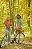 Jesieni daty podwyżka w lasowej parze w miłości przejażdżki bicyklu wpólnie w lasu parku Romantyczna data z bicyklem brodaty m??c zdjęcia royalty free