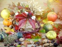 Jesieni dekoracja - jesieni żniwo na stole Zdjęcie Royalty Free