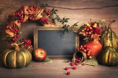 Jesieni dekoracje na drewnie i chalkboard, tekst przestrzeń Fotografia Royalty Free