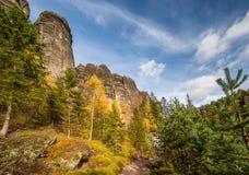 Jesieni dolina z kolorowymi drzewami Obrazy Royalty Free
