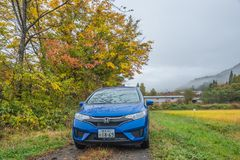 Jesieni droga z samochodem w Japan Zdjęcie Stock