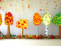 Jesieni drzewa i liście papier. Zdjęcie Stock