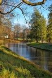 Jesieni drzewa zbliżają rzekę Zdjęcie Royalty Free
