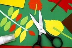 Jesieni dziecka aplikacja z papierem, nożycami i kleidłem, Fotografia Stock