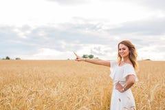 Jesieni dziewczyna cieszy się naturę na polu bezpłatna szczęśliwa kobieta Obrazy Royalty Free