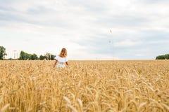 Jesieni dziewczyna cieszy się naturę na polu bezpłatna szczęśliwa kobieta Zdjęcia Royalty Free