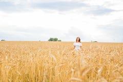Jesieni dziewczyna cieszy się naturę na polu bezpłatna szczęśliwa kobieta Zdjęcie Stock