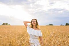 Jesieni dziewczyna cieszy się naturę na polu bezpłatna szczęśliwa kobieta Obraz Stock