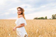 Jesieni dziewczyna cieszy się naturę na polu bezpłatna szczęśliwa kobieta Obrazy Stock