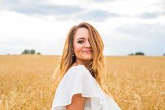 Jesieni dziewczyna cieszy się naturę na polu bezpłatna szczęśliwa kobieta Zdjęcie Royalty Free