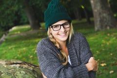 Jesieni dziewczyna w miasto parku Obrazy Stock