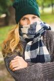 Jesieni dziewczyna w miasto parku Obraz Royalty Free