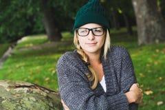 Jesieni dziewczyna w miasto parku Fotografia Royalty Free