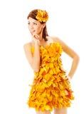 Jesieni dziewczyna w sukni liście klonowi nad bielem Zdjęcia Royalty Free