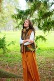 Jesieni dziewczyna z kwiatu wiankiem w ona w futerkowym żakiecie outdoors i ręki Obraz Royalty Free