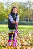 Jesieni dziewczyna z parasolem Zdjęcia Stock