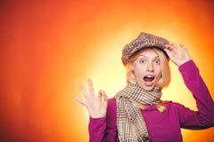 Jesieni dziewczyny narządzanie dla jesieni sprzedaży niespodzianki kobieta Śmieszny fac Jesieni kopii przestrzeń i jesień trend m obrazy stock