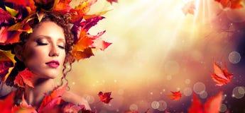 Jesieni fantazi dziewczyna - piękno mody model fotografia stock