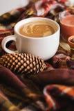 Jesieni filiżanka kawy, szalik, świeczka Obrazy Royalty Free