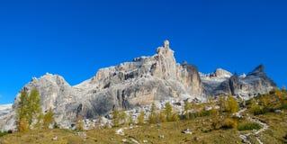 Jesieni góry dolomitu koloru żółty krajobraz Fotografia Stock