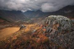 Jesieni góry krajobraz, niski niebo zakrywa wierzchołki góry Obraz Royalty Free