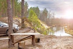 Jesieni hdr rocznika nieba krajobrazu pyknicznego terenu weekendowa wakacyjna podróż BBQ pojęcie z stołem i ławką działalność ple Fotografia Stock