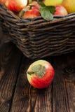 Jesieni jabłka w koszu na drewnianym tle Obraz Royalty Free
