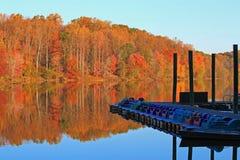 Jesieni Jeziorny Łódkowaty wodowanie obraz royalty free