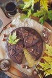 Jesieni kawowa fermata Kladdkaka, Szwedzki czekoladowy tort i filiżanka kawy, fotografia stock