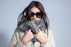 Jesieni kobieta jest ubranym szalika i okulary przeciwsłonecznych Pracowniana mody fotografia Fotografia Royalty Free