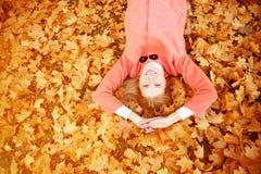 Jesieni kobieta na tło spadku krajobrazu liściach drzewa model Obraz Stock